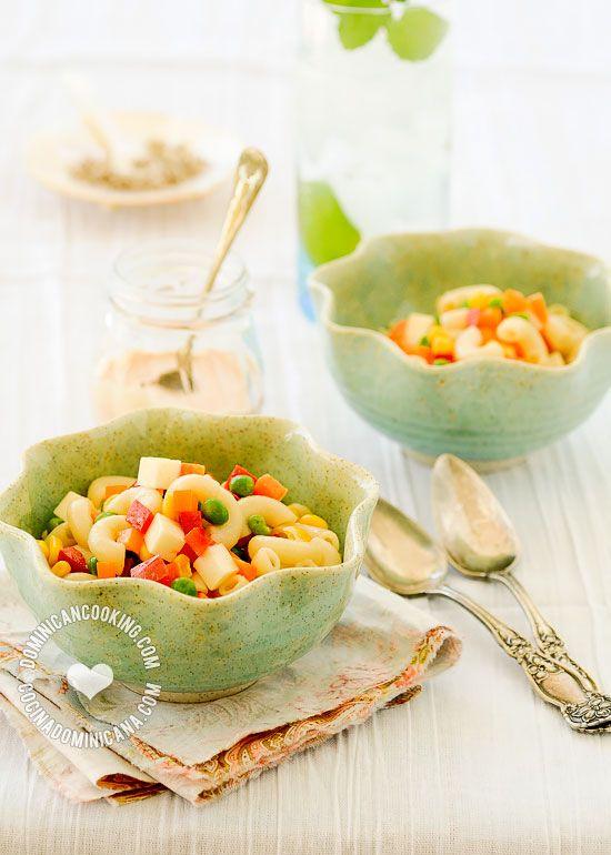 Receta Ensalada de Pasta (Coditos o Macarrones): Rica y cremosa ensalada que va muy bien en fiestas 'de traje'y picnics. Perfecta para acompañar BBQ.