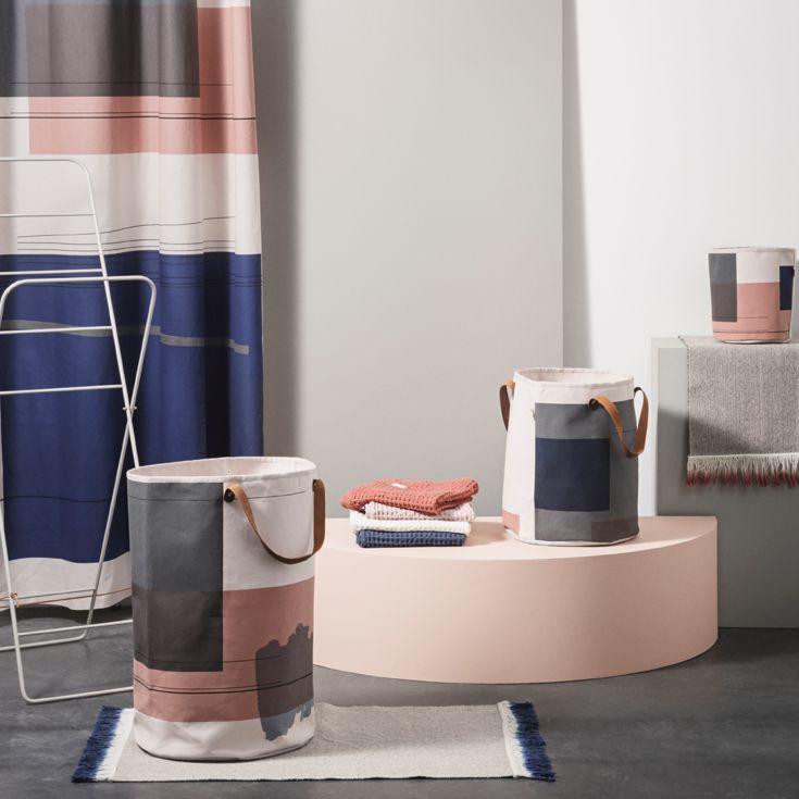 Små genstande eller tøj kan stilfuldt opbevares i disse mønstrede Colour Block kurve fra ferm LIVING. Det blokfarvede design giver ethvert rum et raffineret farvepift og sikrer, at indholdet er godt gemt væk.