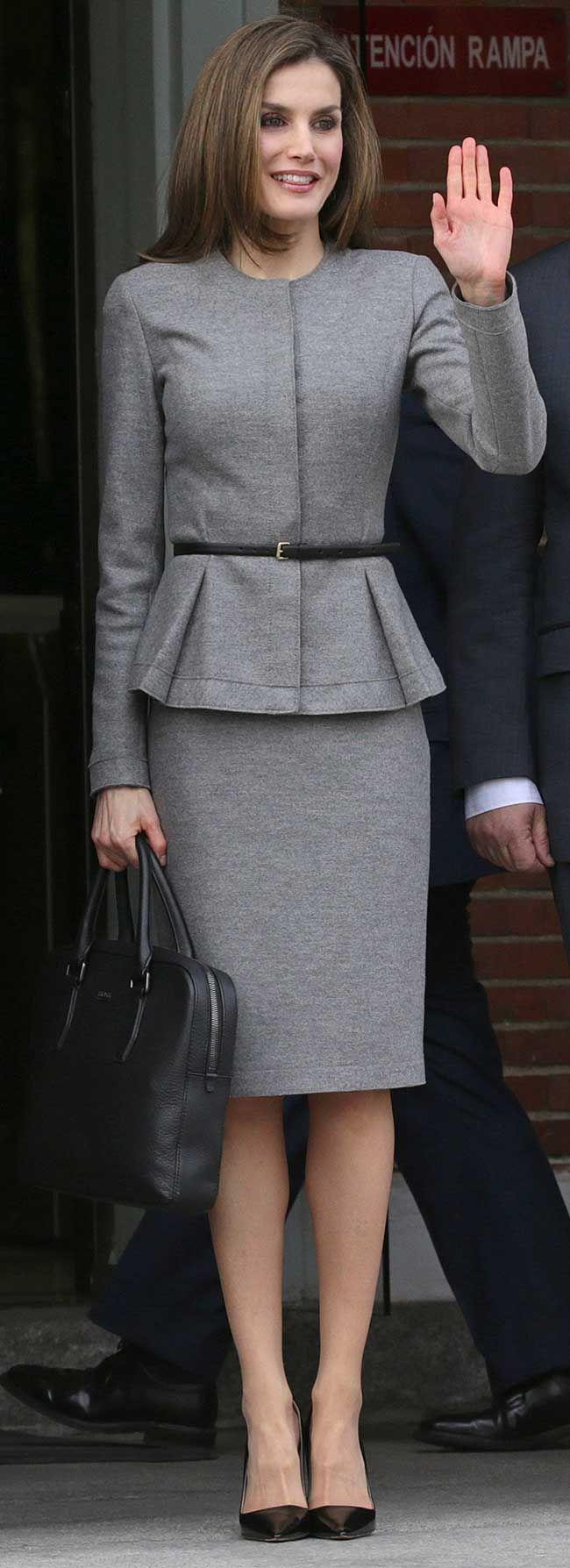 La Reina Letizia se ha reunido con la Agencia Española de Cooperación Internacional, donde ha lucido su conocido traje péplum de Carolina Herrera.