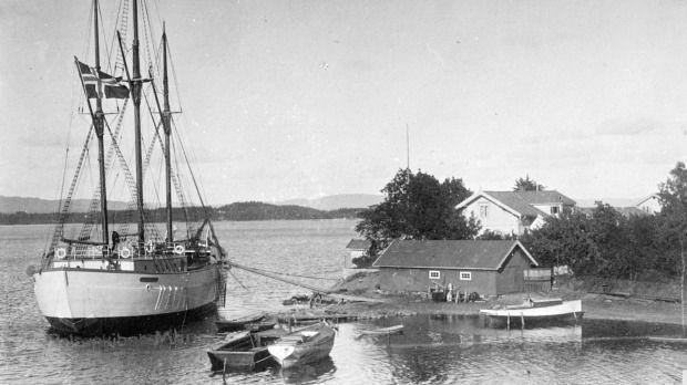 Barco Maud-El barco, justo después de ser lanzado, en Vollen, 1917. El aparejo fue tomado prestado del polisario Fram - que Amundsen utilizó al Polo Sur.