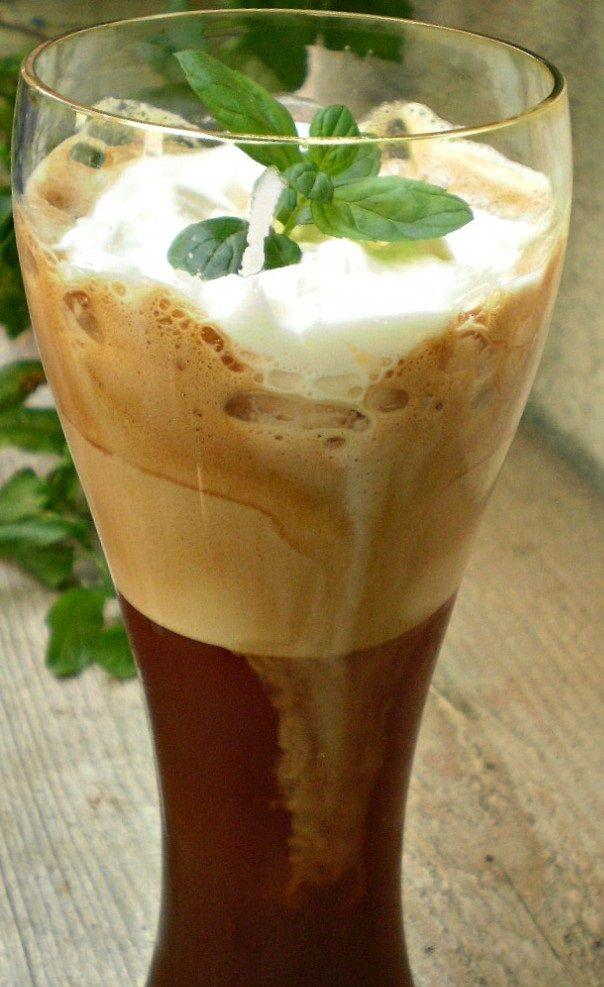 4 Café Frappe (  4 čajové lyžičky NESS kávy,4 lyžice cukru,12 kociek ľadu, 200gr šľahačka, 400 ml studenej vody, 4 lyžice rumu)