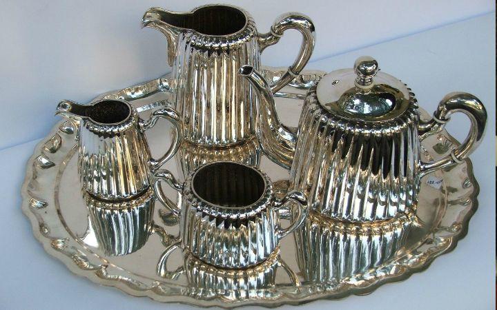 Evimizin en güzel köşelerini süsleyen gümüş objelerin, misafirler gelince ortaya çıkan gümüş tepsilerin nasıl parlatılacağını biliyot musunuz? Buyursunlar.