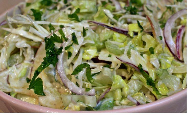 A frissítő saláta akár húsok mellé is kínálható, de pirított kenyérkockákkal önmagában is fogyasztható! Pillanatok alatt elkészül és nagyon finom! Hozzávalók: fél káposzta (kb. 50 dkg) 1 zellerszár 2 savanykás alma 1 lila hagyma fé...