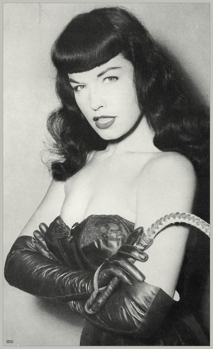 Bettie Page: 1950S, Black Hair, The Queen, Bettie Page, Blue Eye, Bangs, Pinup, Betty Pages, Pin Up Girls