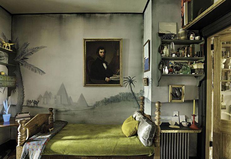 Ou peut-être artistiquement négligé ... Quoiqu'il en soit l'appartement de l'artiste Matt Austin présente les deux facettes : un style négligé avec certains murs d'un joli gris sale et un esprit arty avec notamment les jeux de couleurs sur les portes....