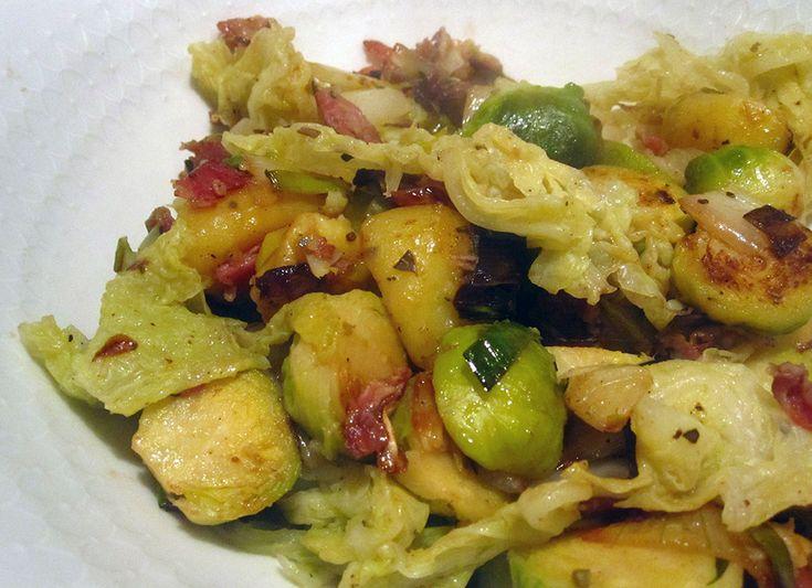 Empty the fridge recept voor een éénpansgerecht met savooikool, spruiten, witloof, aardappelen, prei en spekjes