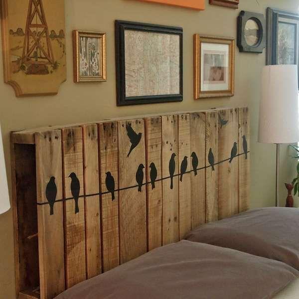 Tête de lit avec des palettes et frise déco    http://www.homelisty.com/customiser-meubles-palette/