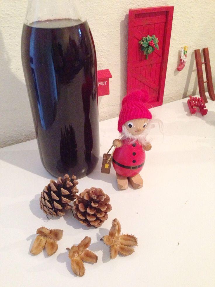Fælg denne opskrift på nissepis. Det er så simpelt at lave og helt perfekt til årets julefrokoster eller til ris ala mande juleaften :) Opskrift på nissepis 1 flaske ribena 1 flaske vodka 2 kanelstænger 5 nelliker Et drys ingefær Ribena saften og krydderierne skal simre tyve minutter....