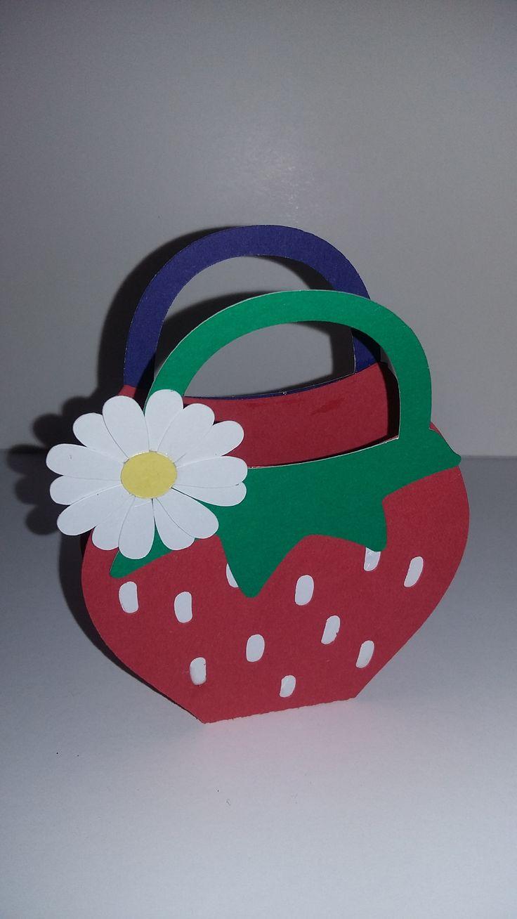 Te gustan las fresas? o los fresones? A nosotros nos encantan! Tenemos preparada la cesta y hoy domingo, nos vamos a buscarlas, te vienes? Caja con forma de fresa disponible en varios tamaños totalmente personalizada. Mas informaciones: infocrustulam@gmail.com