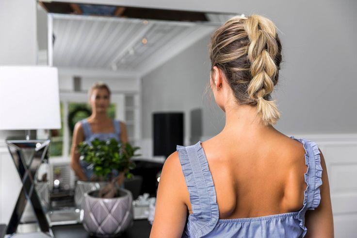 Denne frisyren er så enkel og helt perfekt for deg med kortere hår, eller for deg som synes det blir klønete å flette en vanlig fransk flette på deg selv :-) Alt du trenger er litt tørrspray og blanke hårstrikker. slik gjør du Spray godt over håret med litt tørrspray, jeg ELSKER dry texturizing spray …