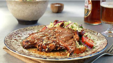 Lammekoteletter i skiver er ypperlig kosemat – mørt, smakfullt og raskt å tilberede. Smakene i sesamblandingen passer glimrende sammen med lammekjøttet.