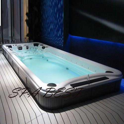 swimming-spa. Модель плавательного спа бассейна в необычном минималистичном интерьере с использованием активного синего цвета и нейтрально серых тонов.