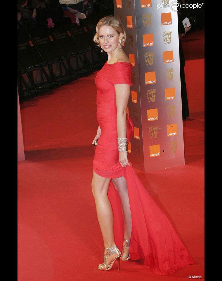 Aux BAFTA, la mannequin Karolina Kurkova a fait tourner les têtes avec cette robe mettant ses jambes inifinement longues en valeur ! Waouh !