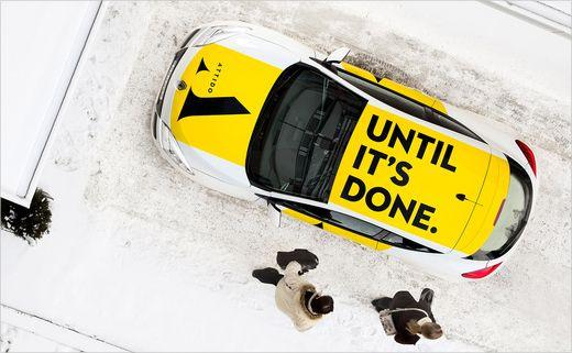 Napis na dachu auta