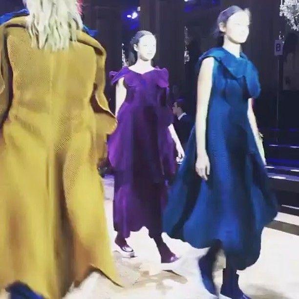 """O estilista @isseymiyake__ escolheu um cenário mais parisiense impossível: o Hotel de Ville prefeitura da cidade para apresentar sua coleção #inverno2017 durante a semana de moda. Com luz azul de fundo a coleção intitulada """"Fantasia Cromática"""" navegou entre vestidos que mais pareciam borboletas esvoaçantes numa atmosfera como ele gosta de fazer onírica. Ou como dizia o designer italiano Ettore Sottsass ele faz """"prêt-à-s'envoler"""" (""""pronto para voar"""" um jogo com a expressão prêt-à-porter)…"""