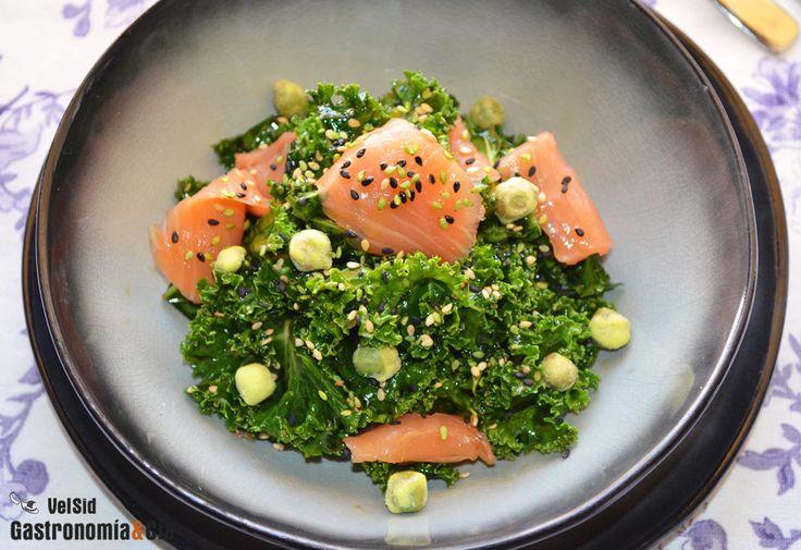 Os traemos otra sencilla idea para incorporar la col kale a vuestra alimentación, es una ensalada de kale y salmón ahumado con un aderezo de estilo oriental muy fácil de preparar y que le aporta sabores deliciosos, aceite de sésamo, salsa de soja, mirin, vinagre de umeboshi, wasabi… y no falta el toque de un buen aceite de oliva virgen extra, en este caso de la variedad arbequina.En esta ocasión hemos acompañado la kale con salmón ahumado, pero también se puede hacer esta ensalada con…