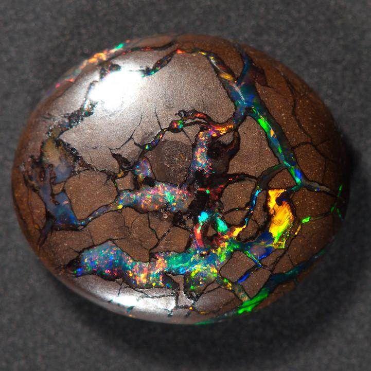 Elle se présente sous forme de veines d'opales dans du minerai de fer. On ne la trouve que dans le Queensland, en Australie.
