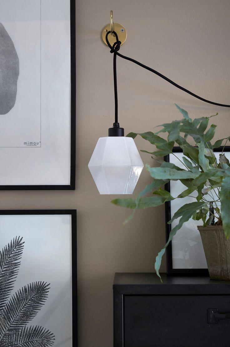 Fönsterlampa av fasetterat opalglas i vitt. Höjd ca 15 cm, Ø ca 12 cm. Svart textilsladd med väggkontakt (utan strömbrytare), sladdlängd 350 cm. Liten sockel E14. Max 40 W. Ljuskälla ingår ej.