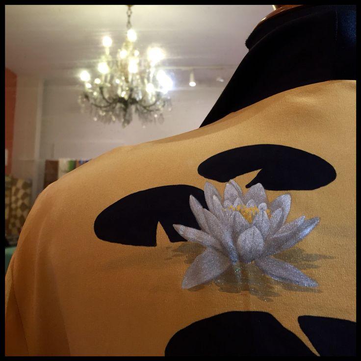 Detalle Kimono de crepe de china y vivos de satén.