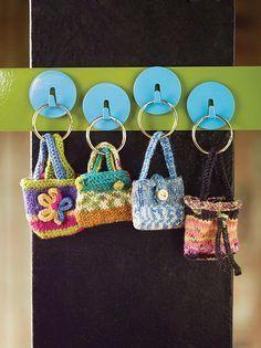 Anleitung für vier verschiedene Modelle von gestrickten Täschchen als Schlüsselanhänger