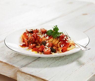 En rejäl pastarätt som består av en härlig tomatsås med korv, oliver och mumsig mozzarella.