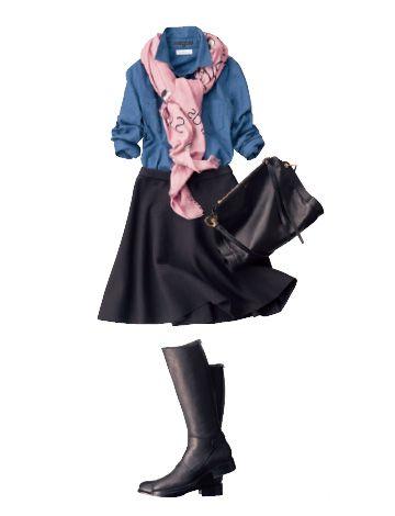 ピンクストールを大胆に投入すれば、 シャツ×フレアスカートのおなじみの着こなしも鮮度アップ!