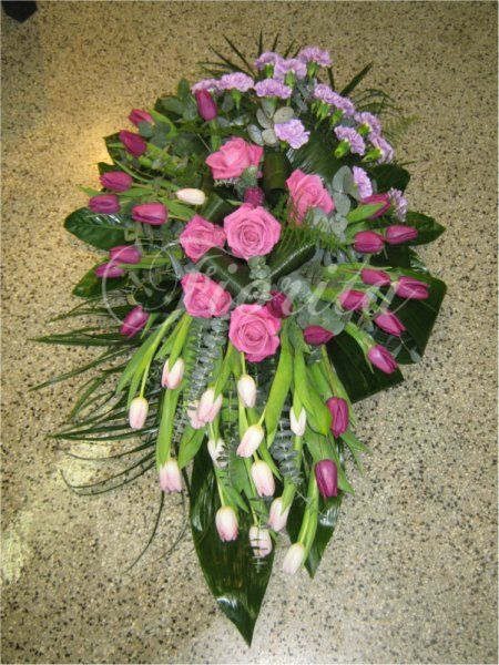 kvetinarstvi-praha-smutecni-vazba-pietni-kvetiny-kompozice-na rakev-ruze-tulipany-karafiaty
