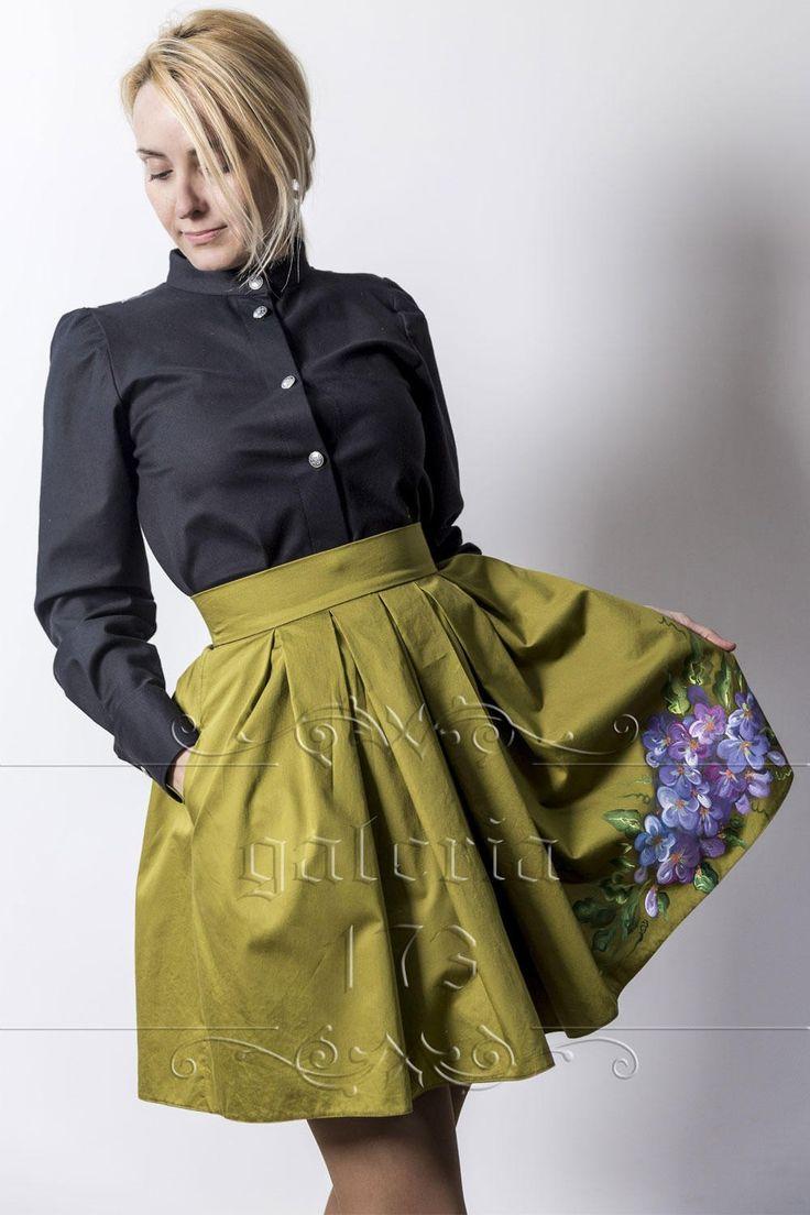 Fusta   Flori Violete, model unicat, realizata si pictata manual. Compozitie: Bumbac   100%. Fusta se potriveste marimilor36 si 38.