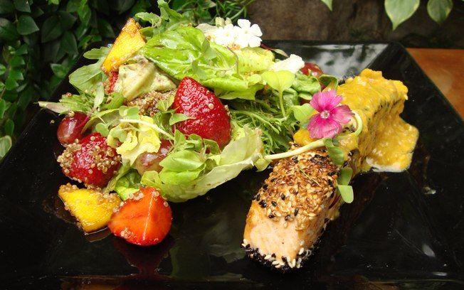 Salmão com gergelim e salada de folhas verdes com morangos e manga. Figo Gastronomia / chef Luiza Hoffman. Foto: Divulgação