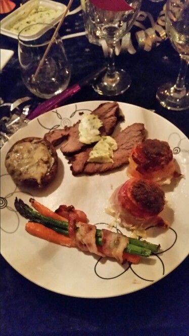 Hovedret : oksemørbrad, flødekartofle tårne, asparges og gulerødder i bacon, svampe med ost og hjemmelavet hvidløgssmør
