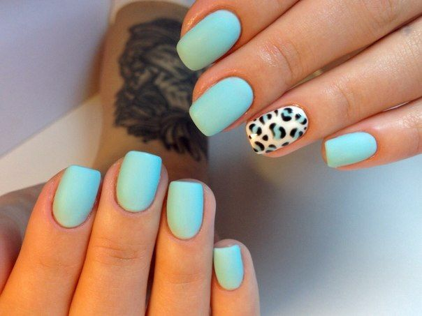 Manicure in the Tiffany style with a gentle turquoise coating is gradually coming into fashion. Bright and fresh, it is suitable for the warm season (ideally – for the summer vacation). This manicure will be adored by active and self-confident girls. It will look great on any nails, even the shortest ones. Separately, you can decorate one nail with special stencil.