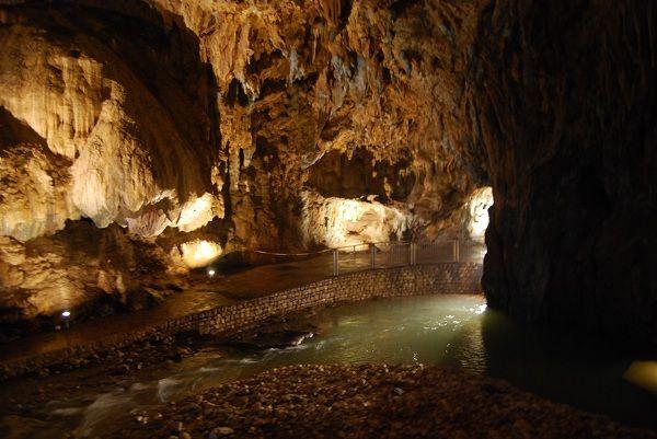 Le Grotte dell'Angelo a Pertosa sono l'unico sito speleologico in Europa dove è possibile navigare un fiume sotterraneo.