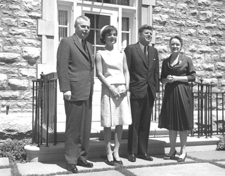 1961. 17 Mai. President John F. Kennedy and Mrs. Kennedy with Prime Minister John Diefenbaker and Mrs. Diefenbaker at 24 Sussex