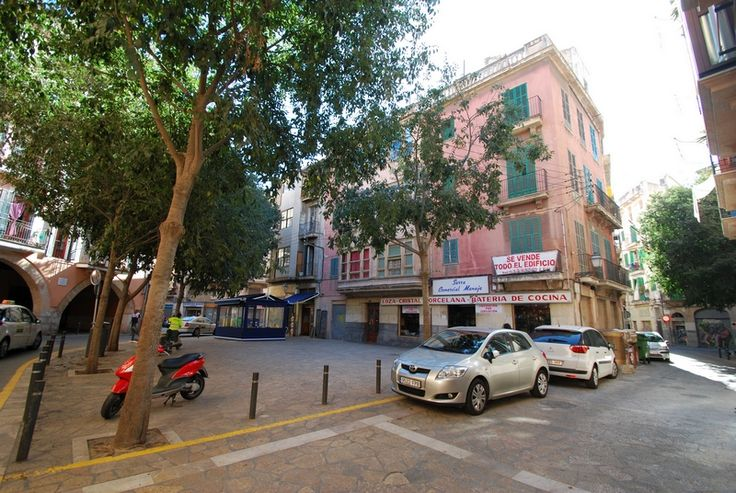 Property for renovation in the old town in Palma Located in the old town, a total renovation object. Total living area of approximately 900m2, spread over 3 floors with a total of 6 apartments in the current layout. On the ground level there are two retail premises. For those seeking a good investment in the old town of Palma. The area is very quiet and you are close to everything, stores, shops and restaurants.