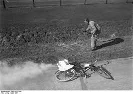 Berlin, Avus, Fahrrad mit Raketenantrieb.