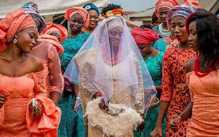 Невеста в окружении дружек. Африканская свадьба.