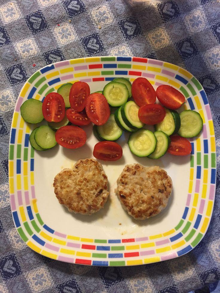 Cena leggera 😋 Hamburger di coniglio con zucchina bollita e pomodorini #zucchine #pomodorini #hamburger #coniglio #diet #dieta #salutare #ricetteleggere