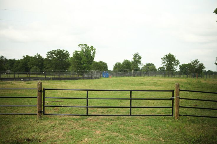 Priefert's Ponderosa Gate is available in a variety of lengths in your choice of 3 or 4 rails. These gates are designed to match our line of Ponderosa Fencing.