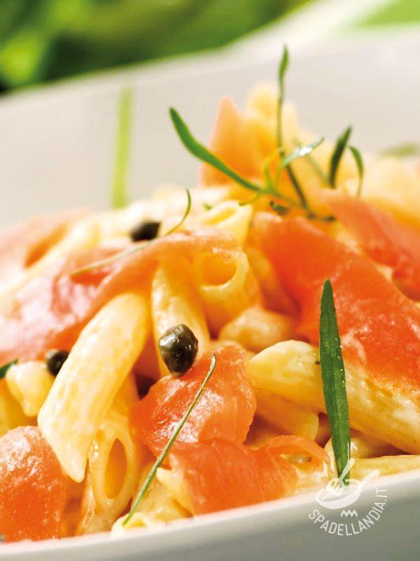 Provate le Penne con salmone affumicato e capperi per un secondo originale. Potete anche utilizzare il pesce spada affumicato per questa deliziosa ricetta. #pastaconsalmone