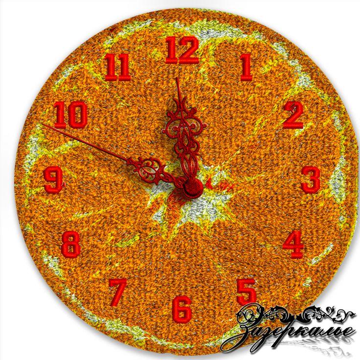 Авторские часы с машинной вышивкой «Сочный мандарин» выполнены на габардине. Весь циферблат покрывает вышивка в технике «Фотостежок», цвета нитей насыщенные и яркие. Настенные часы «Сочный мандарин» станут необычным украшением Вашей кухни!