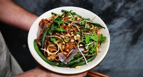 Pad thai to typowe tajskie danie uliczne. Przygotowywane jest w krótkim czasie, spożywa się je od razu. Łatwiej i szybciej jest je zrobić w woku. Istnieje kilka wersji tego dania – poznajcie naszą, a z łatwością przygotujecie pad thai sami!