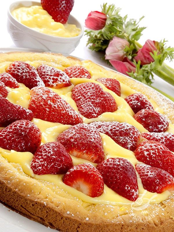 La Crostata di crema e fragole vegan è un dessert che piace a tutti, in special modo ai bambini! Con questa crostata gustosa nessuno si tirerà indietro! #crostatadicremavegan #crostatadifragolevegan