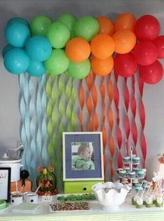 Nube de globos y cortina de papel crepe...