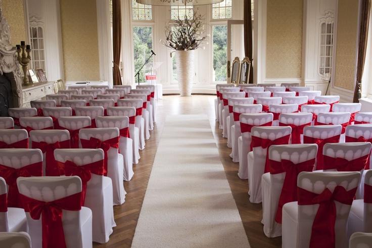 Huwelijksceremonie styling met rode linten |  Foto: Siebe Baarda Fotografie | Locatie: Kasteel De Hooge Vuursche | Portfolio In Style Styling & Decoraties | www.instylestyling.com