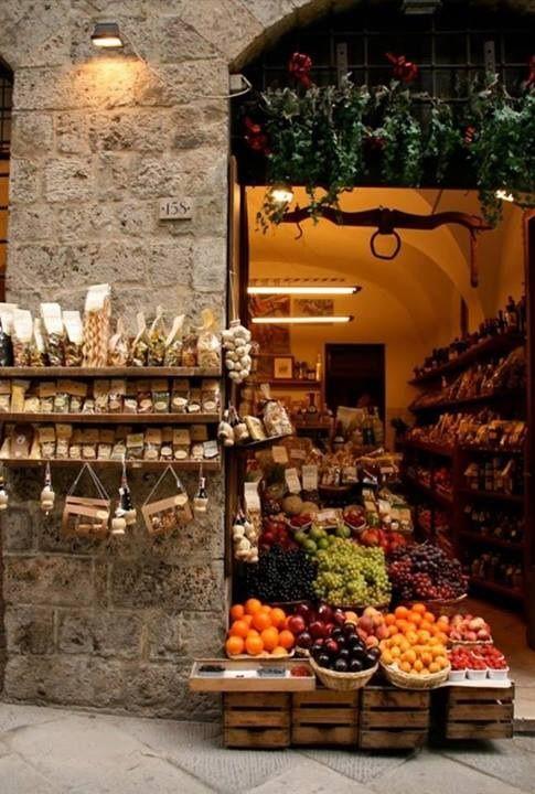 Frutas, verduras y yuyos expuestos como una boutique... hasta un yugo colgado del techo ¡¡¡qué buen gusto!!!