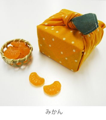 まめぐい (mamegui), the smaller version of 風呂敷 (furoshiki), a Japanese traditional almighty cloth wrapper. This one here is titled 'mikan' meaning tangerine, a kind of orange. 株式会社 かまわぬ