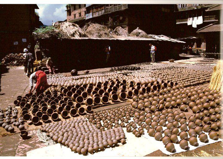 Nepal, Bagdaon 1996, produzione di vasi di terracotta