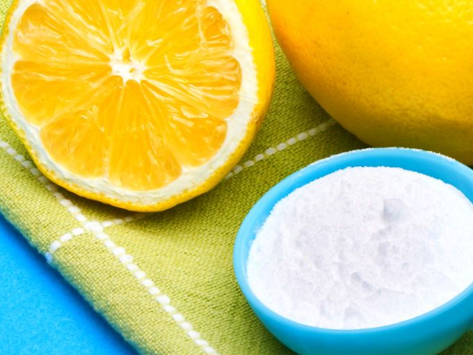 Remedio casero para los puntos negros ... Mezcla 1 cucharada de bicarbonato de sodio con 1 cucharada de zumo de naranja (natural). Aplícalo como mascarilla en toda la cara evitando el área de los ojos (la puedes usar en el cuello también). Déjala actuar por 20 minutos y antes de lavarte la cara usa la yema de tus dedos para exfoliar delicadamente en forma circular.