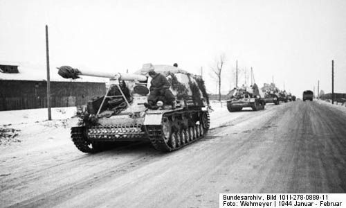 Column on Nashorn tank destroyers advance in Russia in early 1944. (Bundesarchiv, Bild 101I-278-0889-11 / Wehmeyer / CC-BY-SA)  http://www.lonesentry.com/blog/panzerjager-hornissenashorn.html