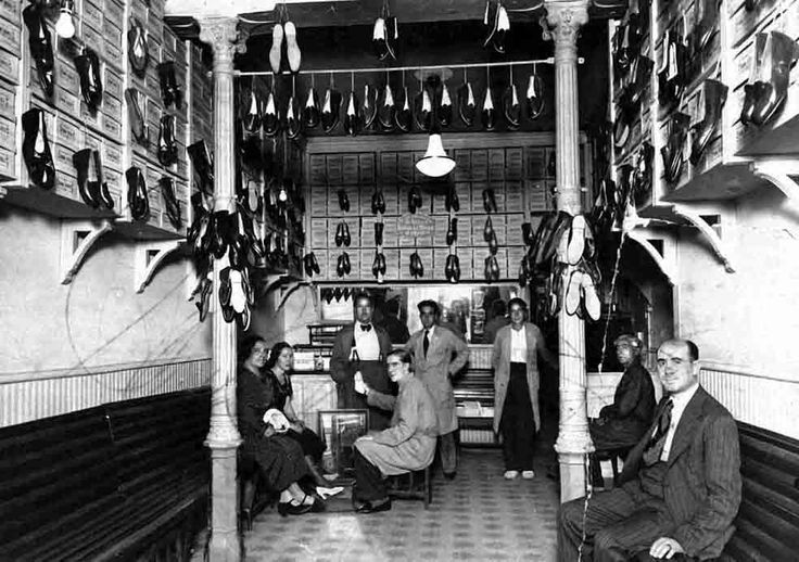 Zapatería en la Puerta del Sol hacia el año 1940.
